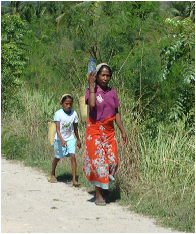 Lamim Guedes Mulher e Menina transportando mercadorias e agua Global Education Magazine